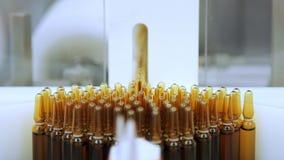 在传送带的医疗小瓶 制造线的医学细颈瓶 股票视频