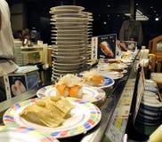 在传送带的寿司 库存照片
