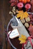 在传统土气乡村模式的愉快的感恩餐桌餐位餐具 免版税图库摄影