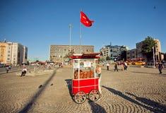 在传统快餐摊位下的土耳其国旗用圆面包Simit 免版税库存图片