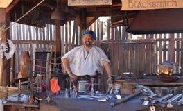 在传统成套装备打扮的铁匠 库存图片