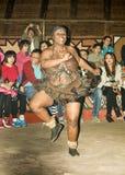 在传统手工制造服装的非洲部族舞蹈 免版税图库摄影