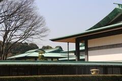 在传统日本建筑学的清楚的春天天空在东京日本 免版税库存照片