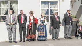 在传统服装的挪威人观看游行 免版税库存图片
