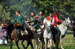 在传统服装的骑马示范 库存图片