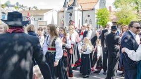 在传统服装的年轻挪威人 库存图片