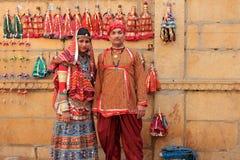 在传统服装穿戴的Rajasthani夫妇 库存照片