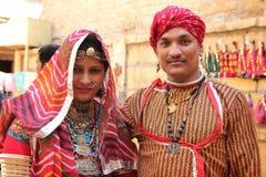 在传统服装穿戴的Rajasthani夫妇 库存图片