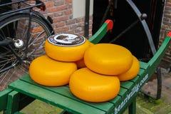 在传统木手推车的荷兰干酪在阿姆斯特丹 库存照片
