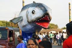 在传统果阿狂欢节期间,有鲨鱼鱼的滑稽的大平台张开在拥挤街道上的下颌 库存图片