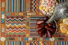 在传统波斯地毯的阿拉伯甜点 库存图片