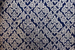 在传统泰国样式艺术绘画的花纹花样在窗口 图库摄影