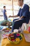 在传统泰国lanna纸的工匠绘画图片 库存图片