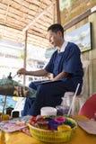 在传统泰国lanna纸的工匠绘画图片 免版税库存照片