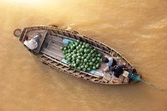 在传统浮动市场上的小船 免版税库存图片