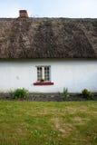 在传统爱尔兰盖的村庄的小窗口 免版税库存图片