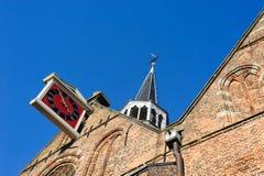 在传统砖塔的老时钟 库存照片