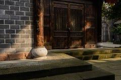 在传统建筑前的地衣隐蔽的石步在晴朗 库存图片