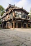 在传统建筑前的遮荫石板路面在晴朗的af 库存照片
