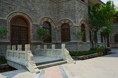在传统建筑前被成拱形的门的桥梁  免版税库存照片