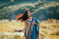 在传统自然衣物的豪华印地安妇女跳舞 免版税库存照片