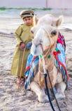 在传统衣物打扮的年轻阿曼男孩 免版税库存照片