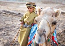 在传统衣物打扮的年轻阿曼男孩 库存照片