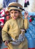 在传统衣物打扮的年轻阿曼男孩 免版税图库摄影