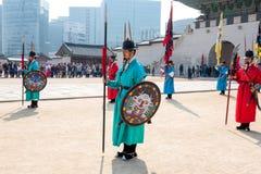 在传统衣物的皇家卫兵,在王宫门的开头和结束期间 免版税库存照片