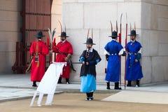 在传统衣物的皇家卫兵,在王宫门的开头和结束期间 免版税库存图片