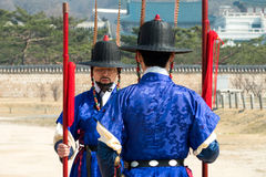 在传统衣物的皇家卫兵,在王宫门的开头和结束期间 库存照片