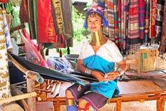 在传统设备的未认出的Padaung (卡伦)部落妇女织法在夜丰颂,泰国附近 免版税库存照片