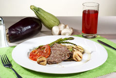 在传统调味汁沐浴的阿根廷肉块服务与ve 免版税库存照片