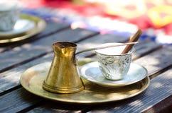 在传统金属罐的浓和热的土耳其咖啡 库存图片