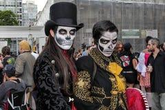 在传统头骨服装的夫妇在蛇神步行圣保罗 库存图片