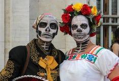 在传统头骨服装的夫妇在蛇神步行圣保罗 免版税库存图片