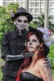 在传统头骨服装的夫妇在蛇神步行圣保罗 库存照片