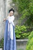 在传统Hanfu礼服的汉语经典秀丽享受业余时间 免版税库存照片