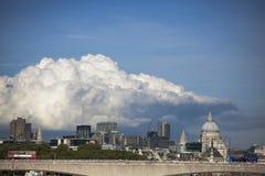 在伦敦上的积雨云capillatus在秋天 免版税库存图片