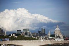 在伦敦上的积雨云capillatus在秋天 图库摄影