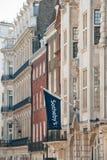 在伦敦办公室上的苏富比旗子 免版税库存图片