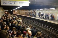 在伦敦地下的拥挤平台,英国 免版税库存照片