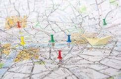 在伦敦地图的旅行别针 库存照片