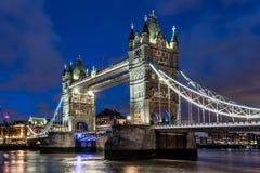 在伦敦塔桥的夜在伦敦 免版税库存图片