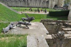 在伦敦塔的狮子雕塑 库存图片