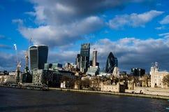 在伦敦市壁炉边的现代大厦  免版税库存图片