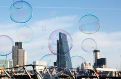 在伦敦市背景的肥皂泡作为inves的一个隐喻 免版税库存照片