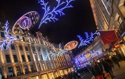 在伦敦开始的销售 在圣诞灯的摄政的街道 免版税库存照片