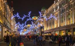 在伦敦开始的销售 在圣诞灯的摄政的街道 图库摄影