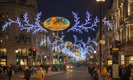 在伦敦开始的销售 在圣诞灯的摄政的街道 免版税库存图片